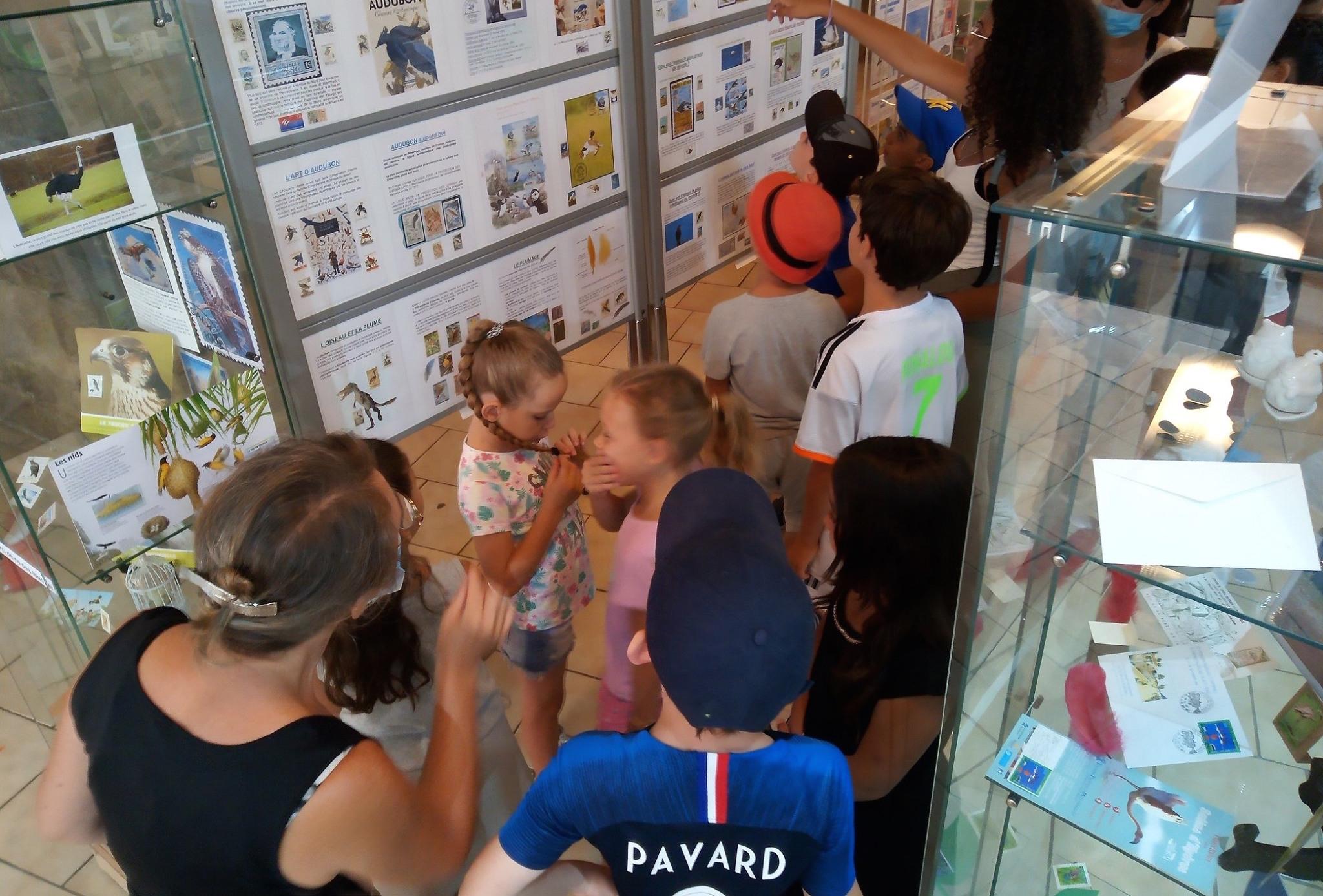 Visite des «petits Lucois» au musée du timbre (29 juillet)